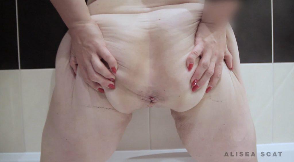 Scat Play in Bath Tub - Alisea 1
