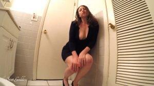 Scat Goddess Amanda – erotic pooping in bathroom