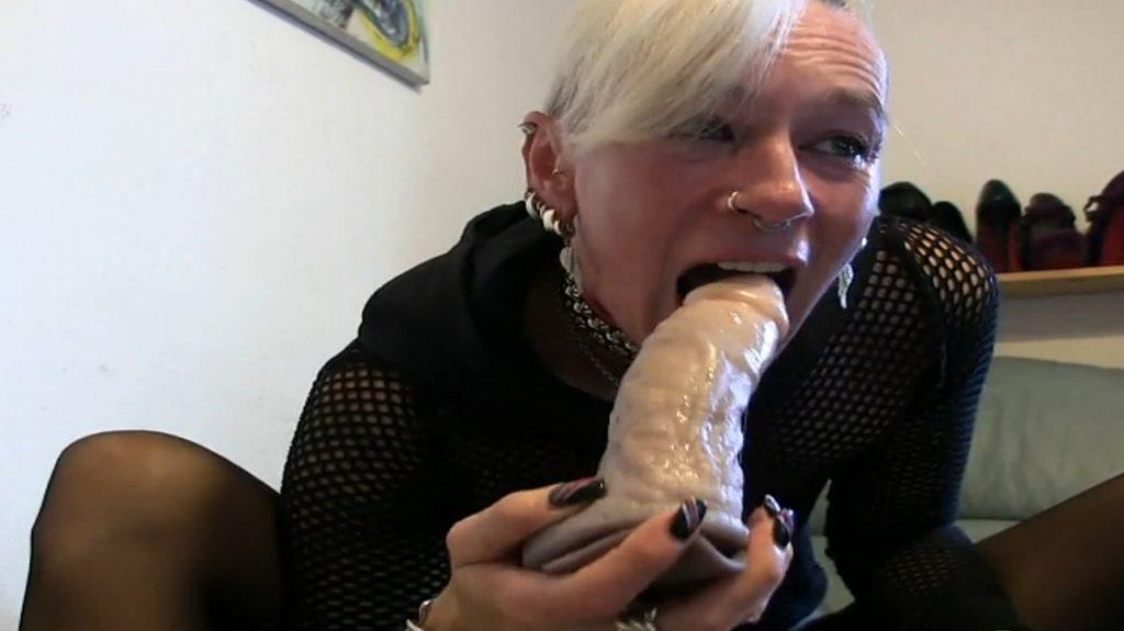 lady-isabell666 - kake eat, eat in a puke bowl-5